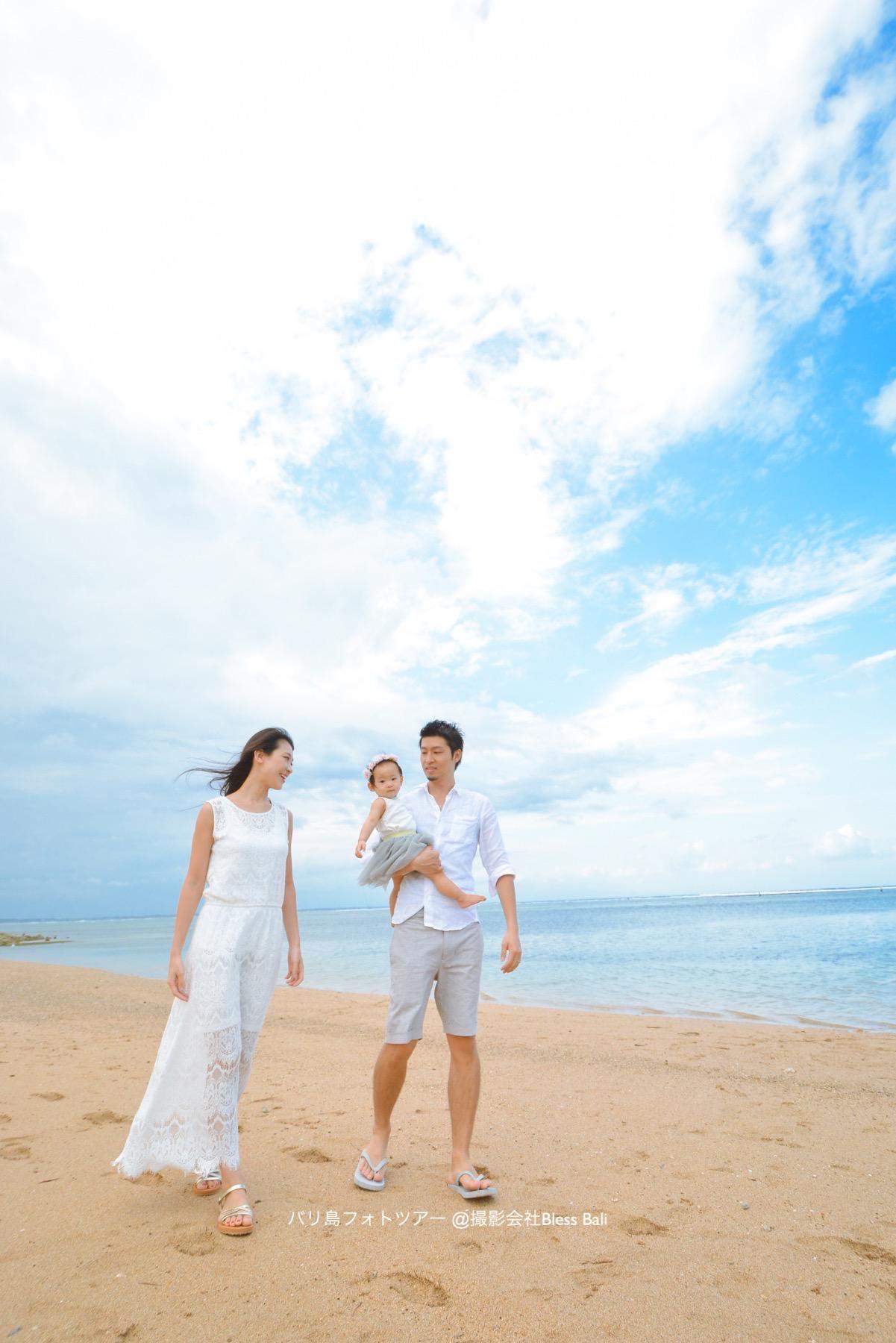 バリ島ビーチを歩くH様ご家族
