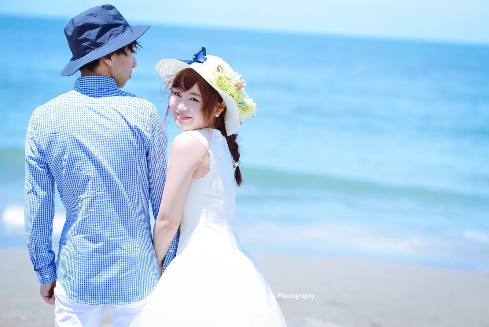カメラを見つけて微笑む可愛らしい花嫁