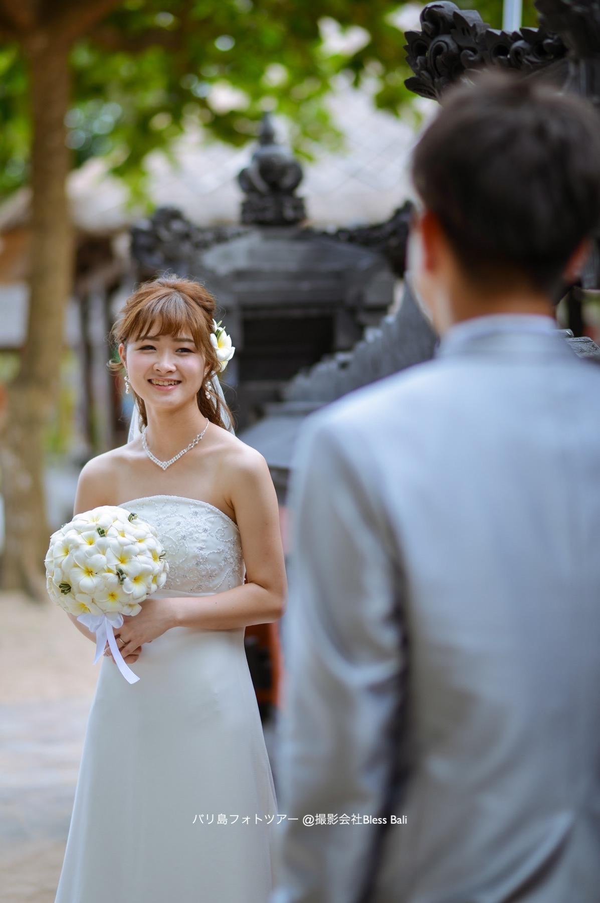 バリ島ビーチで花婿に微笑む花嫁