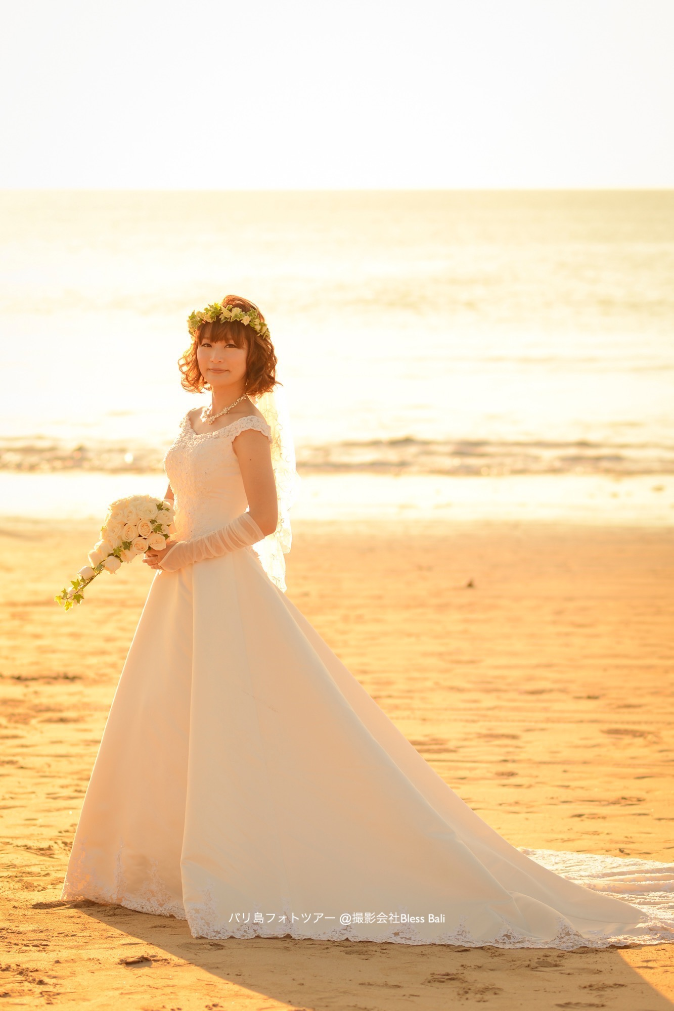 バリ島サンセットの中に立つ花嫁様