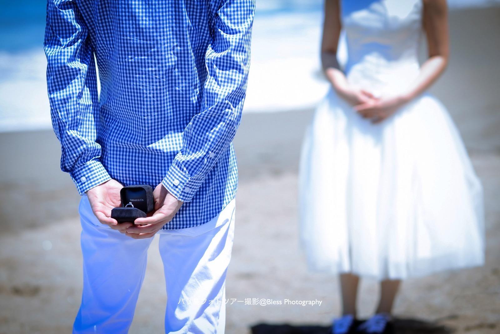 指輪を隠して花嫁に近づく花婿