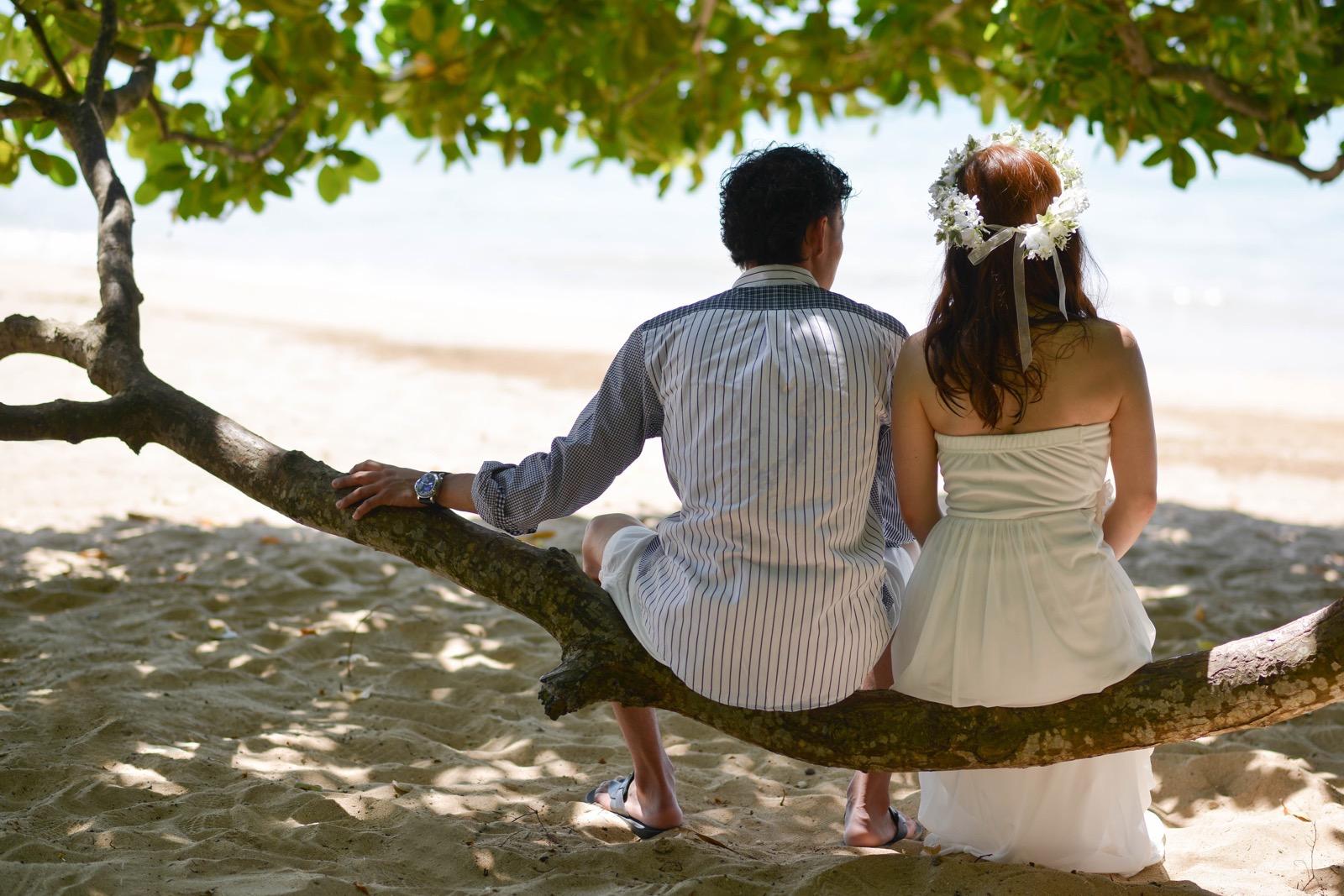 木陰に座って海を眺めるショット