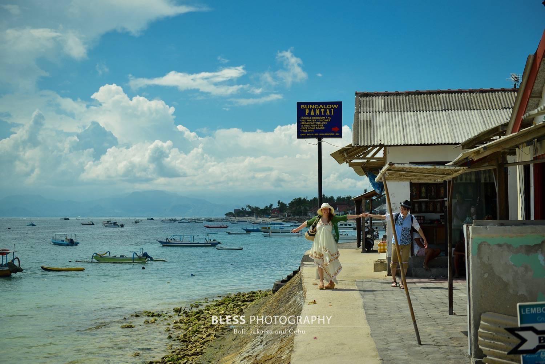 レンボンガン島のビーチを歩く