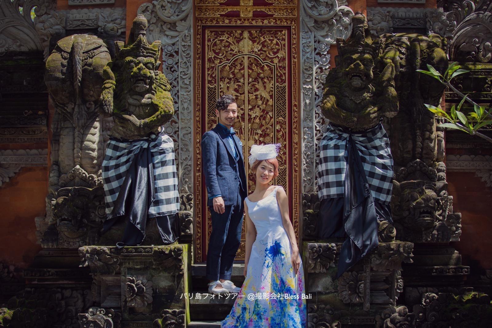 バリ寺院の扉の前で一枚