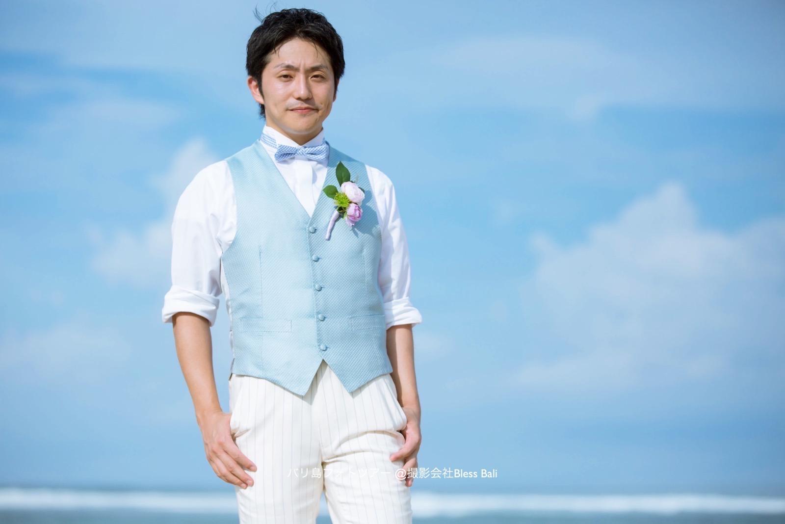 水色のベストに白スタイルが爽やかな新郎様のソロショット