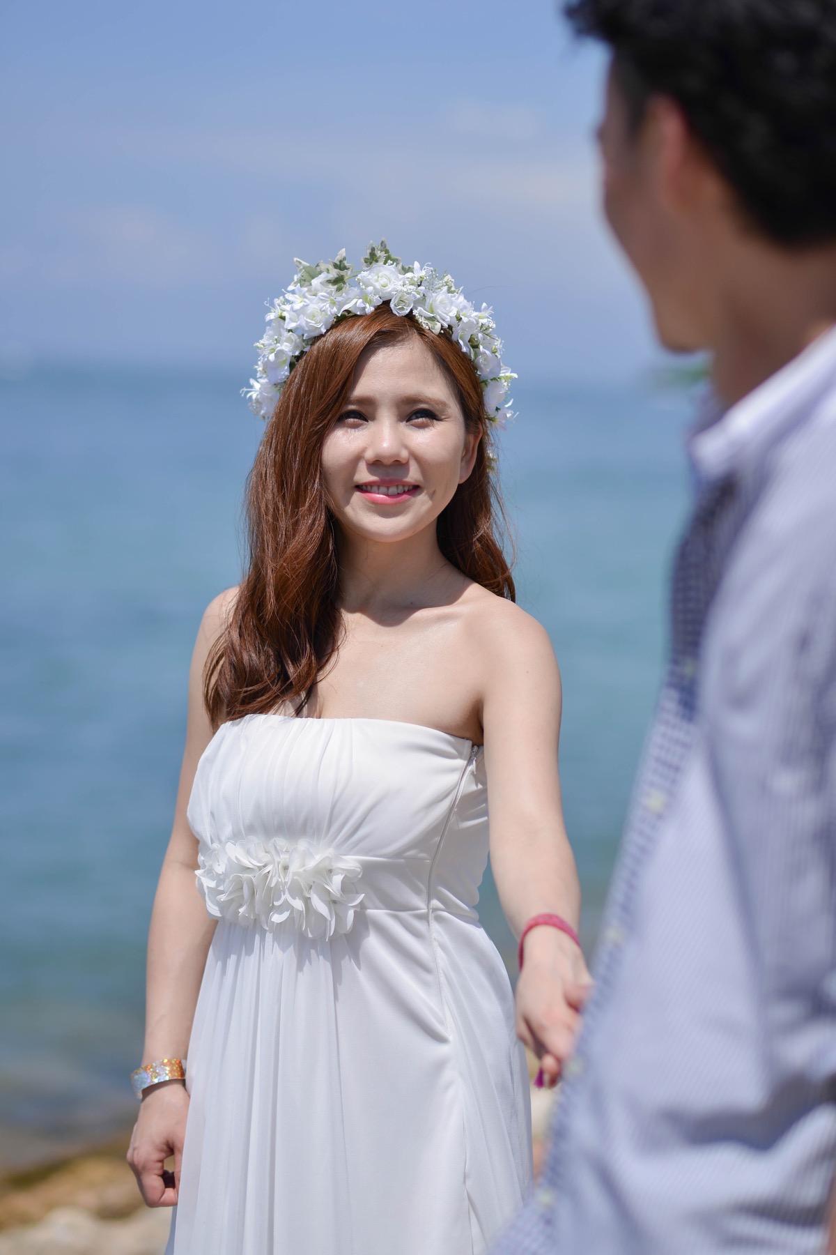 花婿様を見つめて微笑む花嫁様