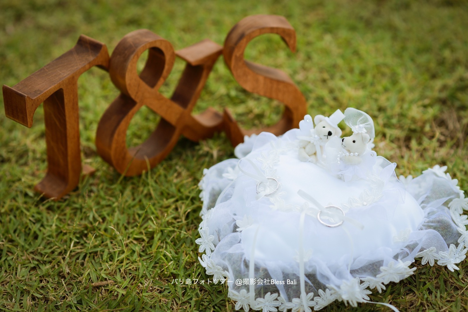 木製のシックなイニシャルオブジェ、可愛らしいリングピローに大切な指輪を置いて