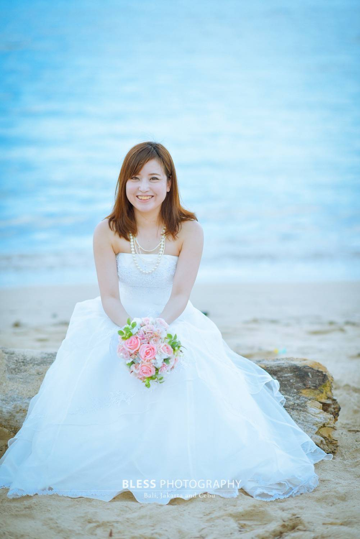 流木に腰掛ける花嫁
