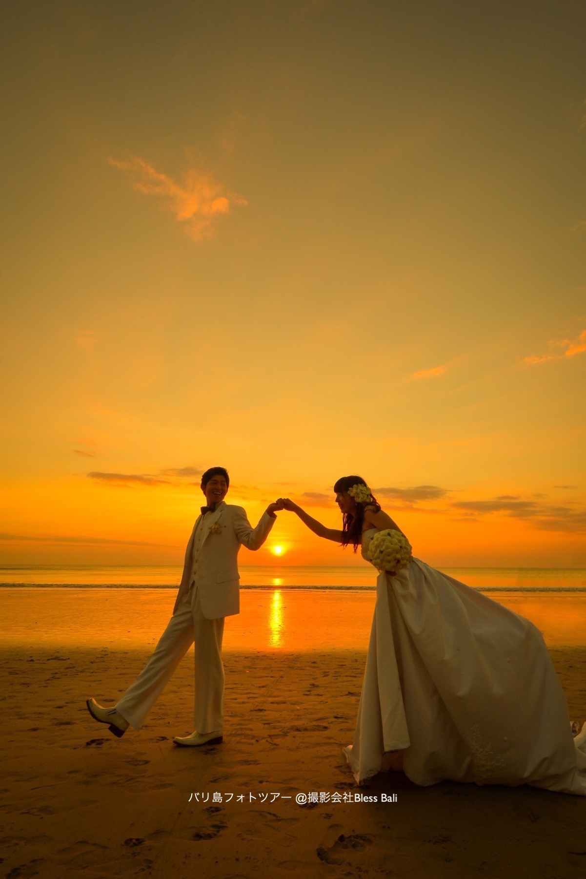 花婿が花嫁をエスコート