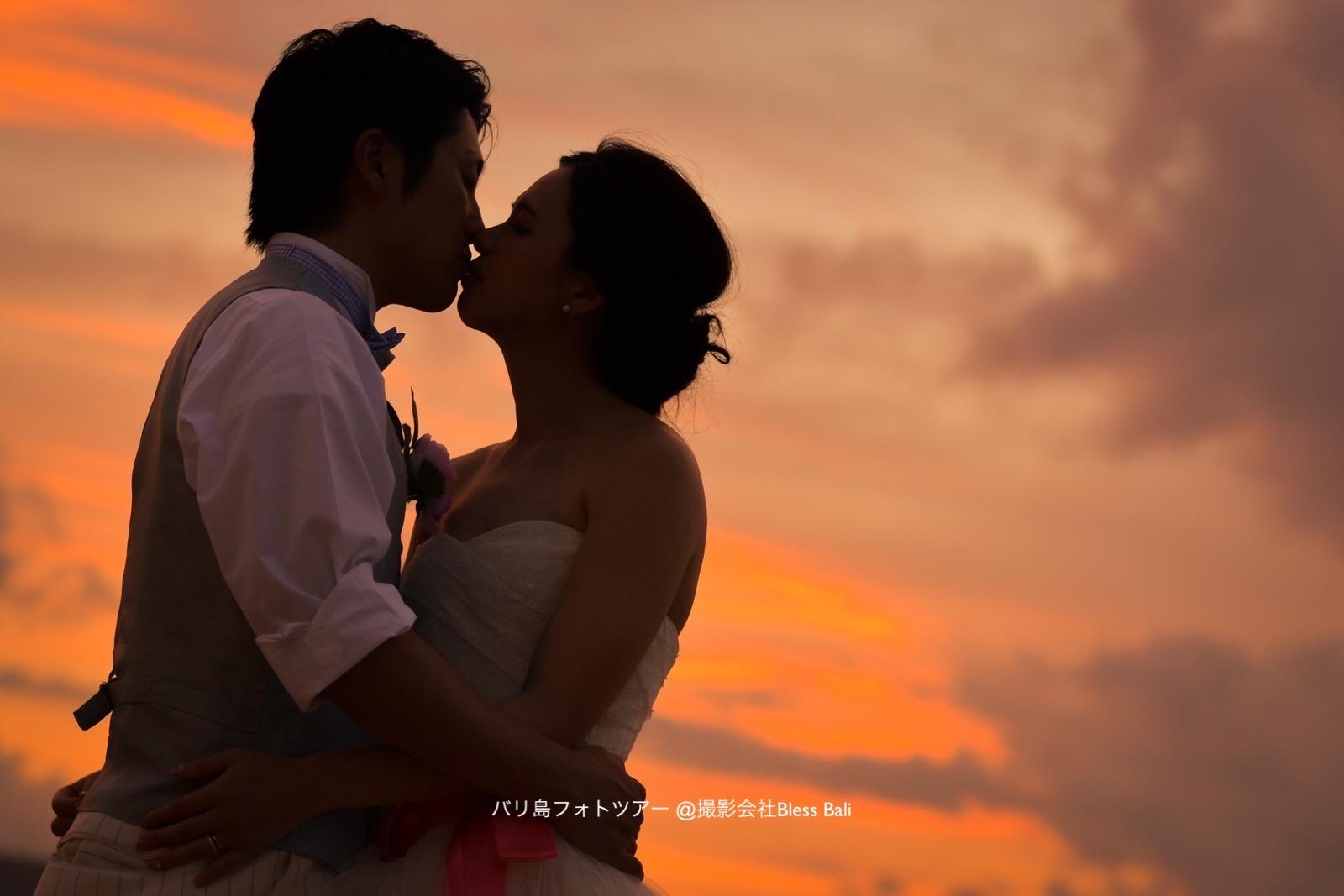 夕日を背景にしたロマンチックなキスシルエット
