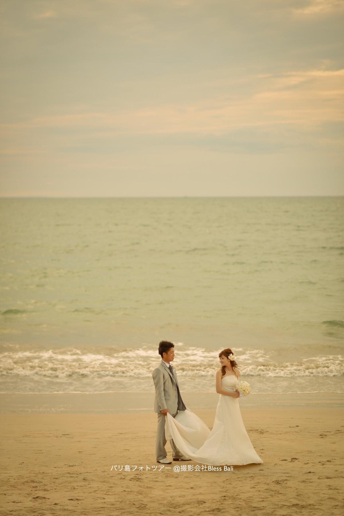 サンセットフォトで砂浜を歩くお二人