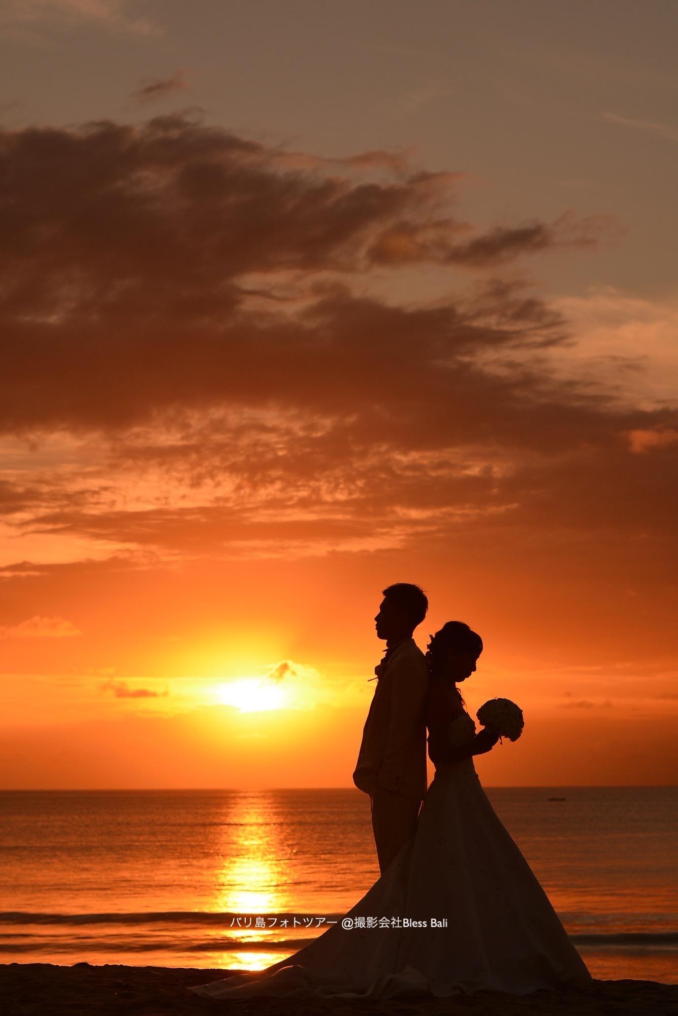 沈む夕日をバックにあえて背中合わせで撮影