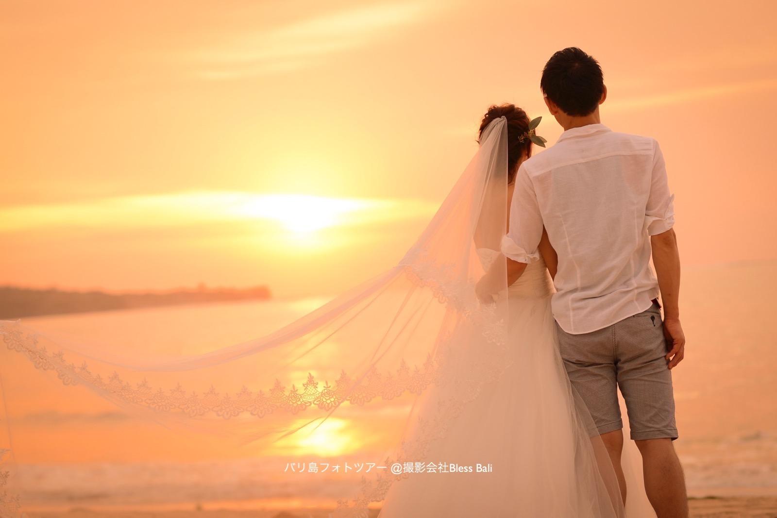 柔らかい夕日を見つめるお二人のお姿を繊細なヴェールをアクセントに撮影