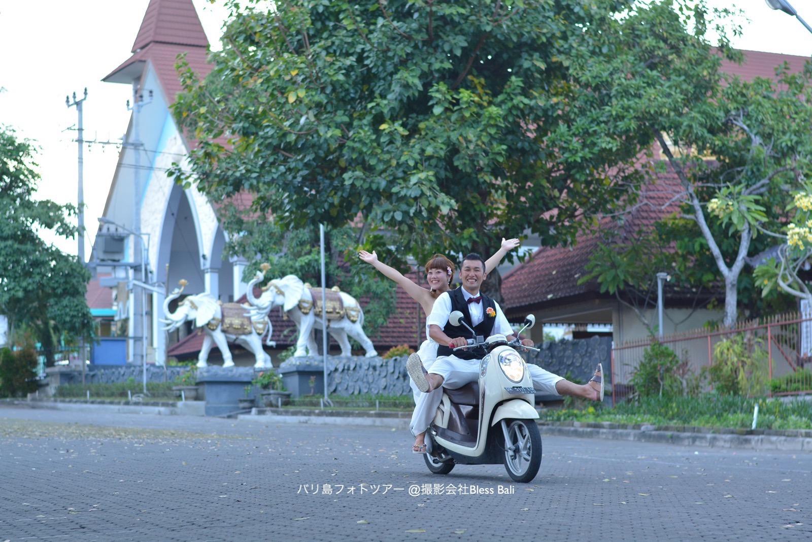 カメラマンのバイクに乗って遊ぶお二人。新郎様の足に注目です 笑