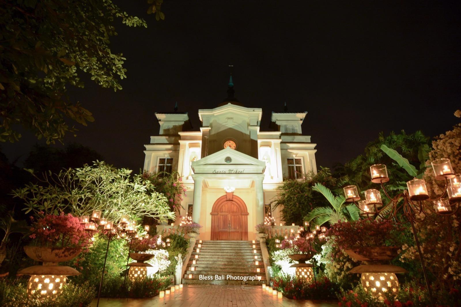 ライトアップされたロマンチックなサント・ミカエル教会