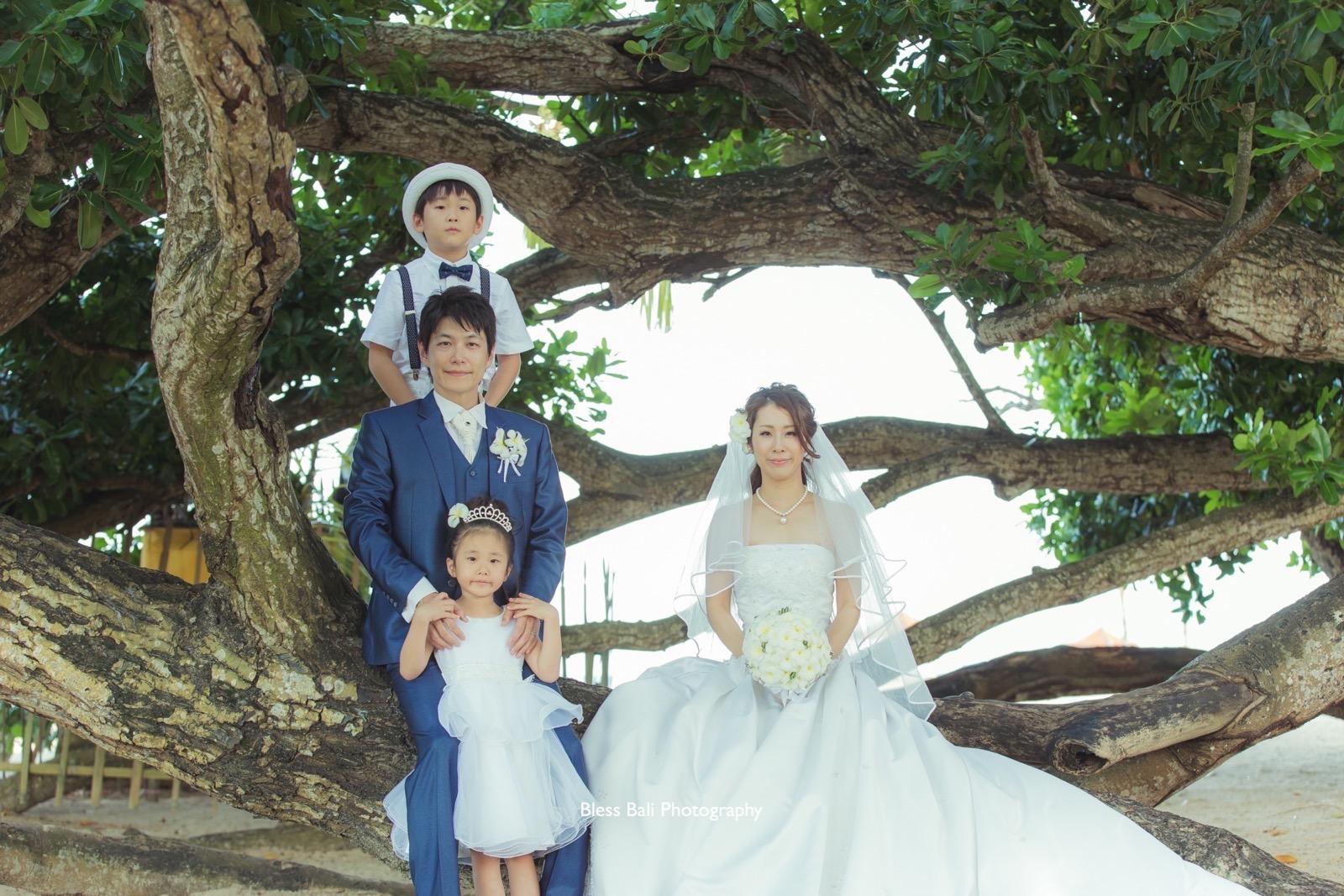 ビーチ脇の木の前でナチュラル感溢れる集合写真