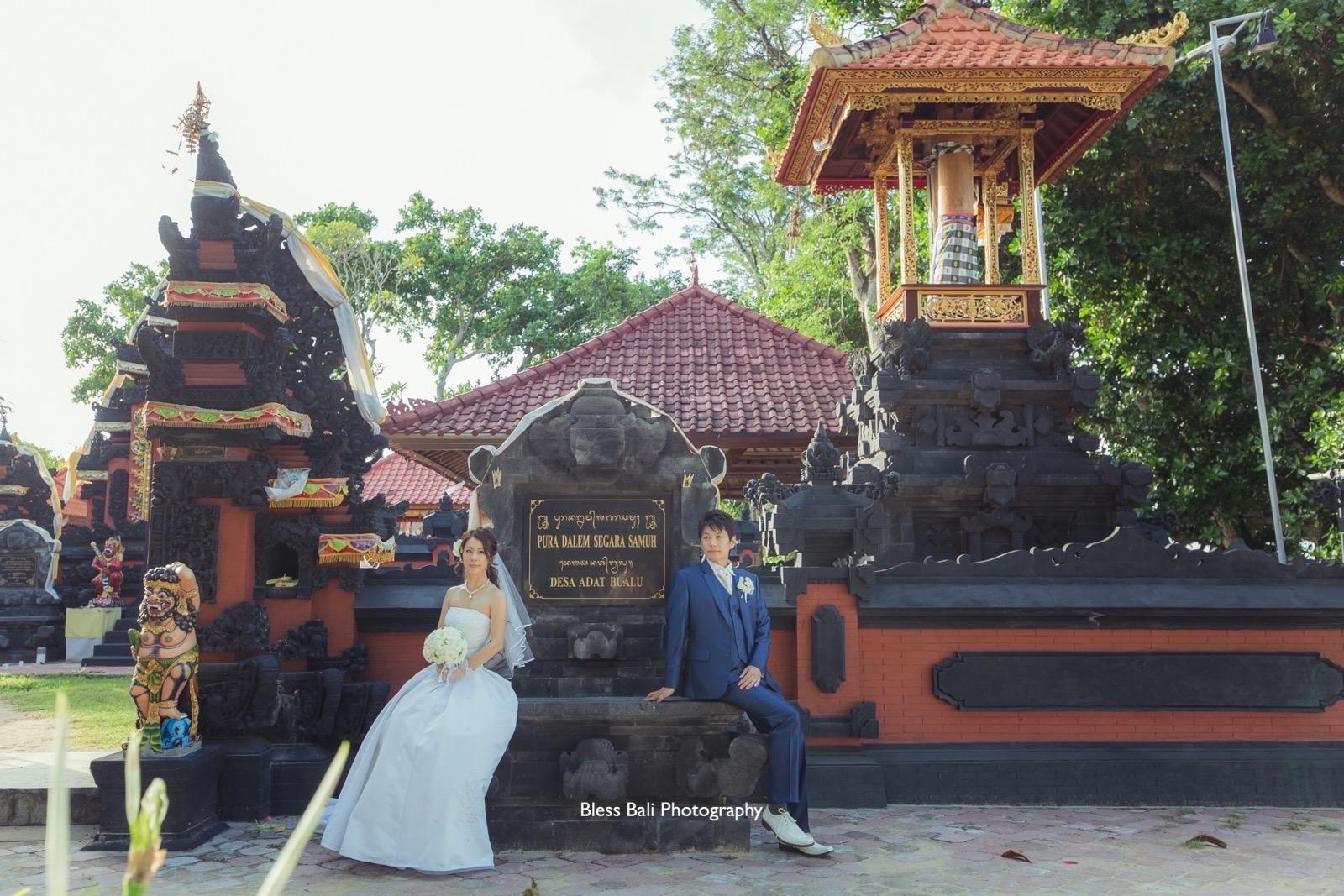 バリ寺院の前で